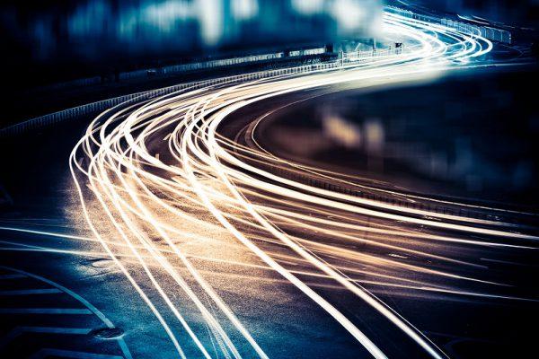 Lichtstreifen von Autos in der Dunkelheit