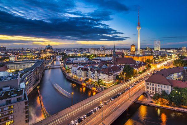 Blick auf Berlin in der Abenddämmerung