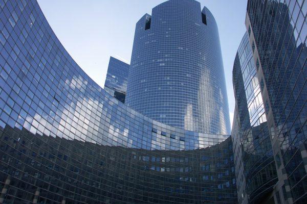 Großer, gläserner Gebäudekomplex