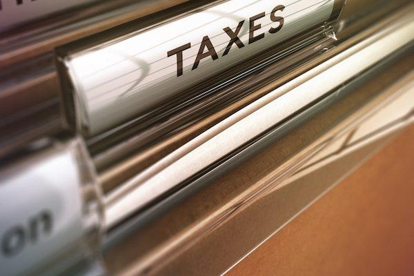"Akte mit ""Taxes""-Aufschrift"