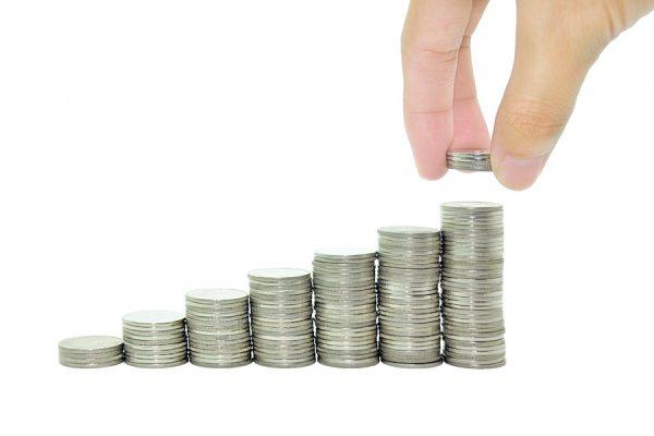 Gestapelte Geldmünzen mit steigendem Wachstum