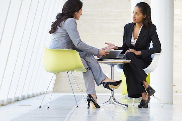 Zwei Anzug tragende Frauen im Gespräch